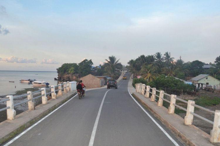 Kondisi jalan di salah satu pulau di Provinsi Maluku.