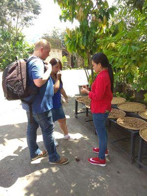 Wisatawan diperkenalkan beragam palawija atau hasil bumi oleh warga, Rabu (14/3/2018).