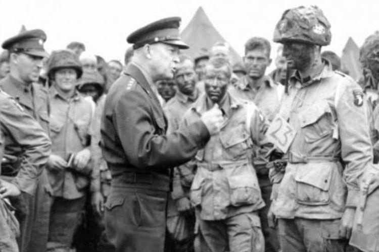 Jenderal Dwight D Eisenhower, yang menjadi komandan pasukan gabungan Sekutu, mengunjungi para prajuritnya menjelang digelarnya Operasi Overlord yang diawali dengan pendaratan di Normandia, Perancis.