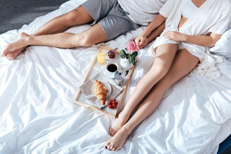 Ilustrasi pasangan di kamar tidur