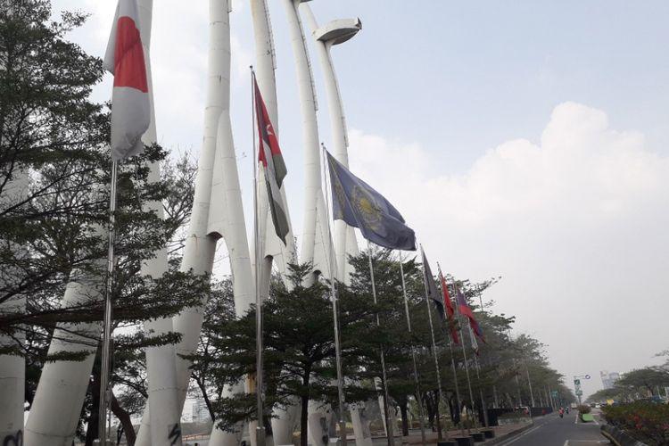 Deretan bendera negara peserta Asian Games 2018 di Jalan Benyamin Sueb, Rabu (25/7/2018).