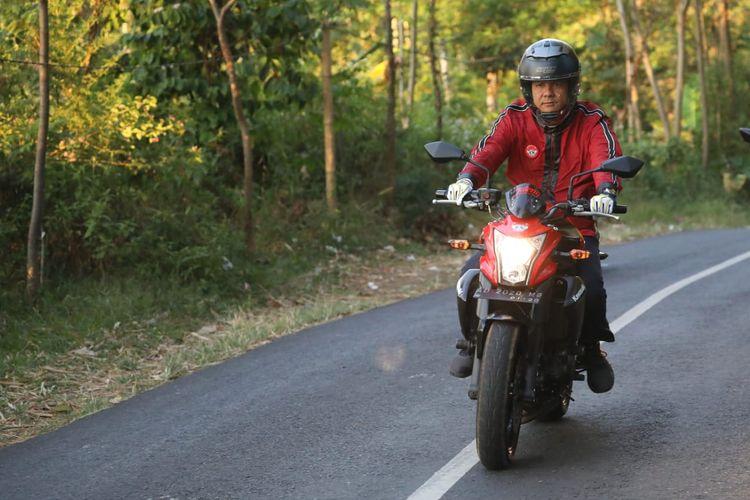 Gubernur Jawa Tengah menunggangi Kawasaki ER-6N  keluaran 2014 miliknya.