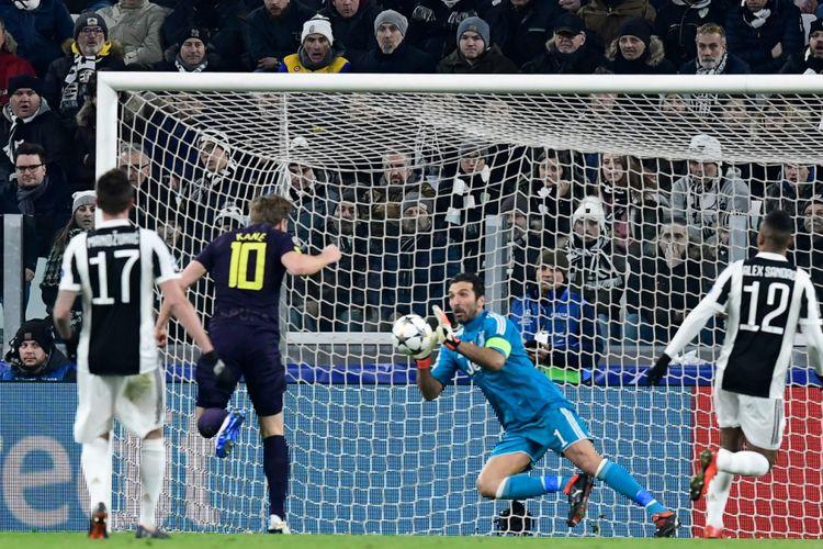 Kiper Juventus Gianluigi Buffon menahan sepakan striker Tottenham Hotspur Harry Kane pada pertandingan Liga Champions di Stadion Allianz, 13 Februari 2018.