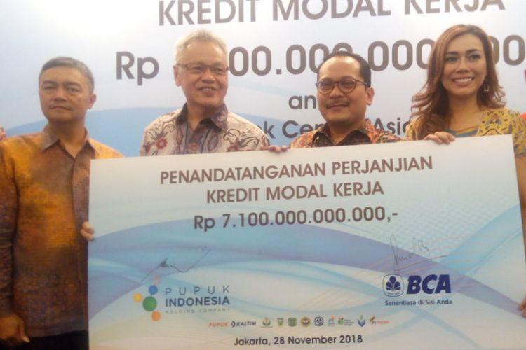 Direktur BCA Rudy Susanto (kedua kiri) dan Direktur Keuangan PT Pupuk Indonesia (Persero) Indarto Pamoengkas (ketiga kanan) berfoto bersama di Hotel Indonesia Kempinski, Jl. M.H. Thamrin No.1, Menteng, Jakarta Pusat, Rabu (28/11/2018).