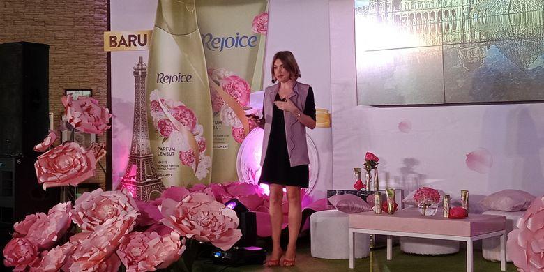 P&G Scientist, Marie-Emilie Lascaux pada acara peluncuran Rejoice Parfume Shampoo di The Terrace Resto, Senayan Golf, Jakarta, Selasa (13/2/2018).