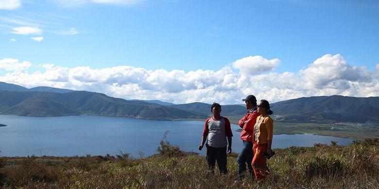 Wisatawan menikmati panorama Danau Anggi Gida dilihat dari Bukit Kombrey dengan ketinggian sekitar 2.000 meter di atas permukaan laut, Jumat (17/8/2018). Bukit Kombrey merupakan obyek wisata yang terletak di Distrik Anggi, Kabupaten Pegunungan Arfak, Papua Barat.(ARSIP MAPALA UI) Artikel ini telah tayang di Kompas.com dengan judul