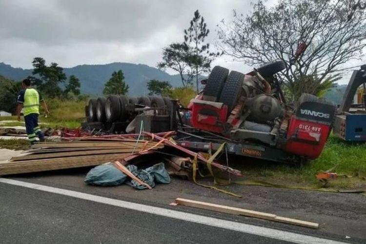 Truk bermuatan kayu yang terbalik dalam kecelakaan di Brasil.