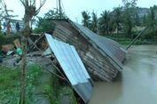 Rumahnya Ambruk akibat Tergerus Arus Sungai, Nenek dan Cucu Berhasil Selamat