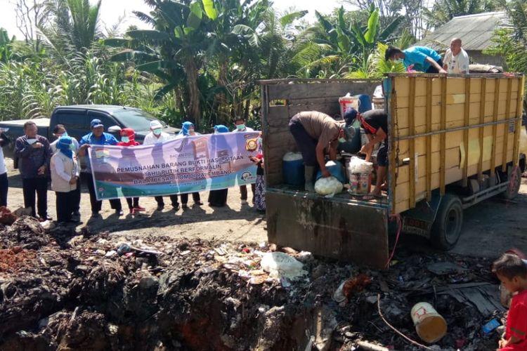 BPOM memusnahkan rubuan tahu dan mie berformalin di TPA Palembang, Sumatera Selatan