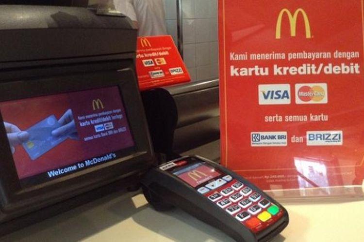 Belanja di McDonalds sekarang bisa dengan kartu kredit dan kartu debit Visa.