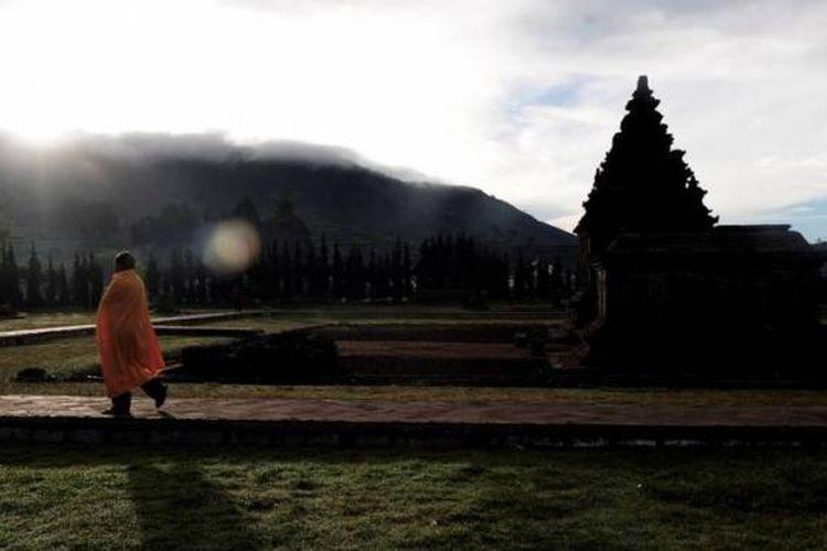 Warga melintasi komplek Candi Arjuna di Dieng, Kabupaten Banjarnegara, Jawa Tengah, Jumat (3/6/2011). Candi yang berada pada ketinggian 2.008 meter  tersebut merupakan salah satu situs candi Dieng yang ada mulai abad VIII hingga XII.