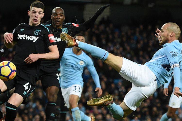 Aksi gelandang Manchester City, David Silva (kanan), saat melepaskan tendangan akrobatik untuk mencetak gol kemenangan ke gawang West Ham United dalam pertandingan Liga Inggris 2017-2018 di Stadion Etihad, Manchester, Inggris, pada Minggu (3/12/2017).