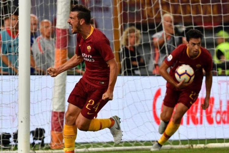 Alessandro Florenzi (kiri) merayakan gol AS Roma ke gawang Atalanta dalam partai Liga Italia di Stadion Olimpico Roma, 27 Agustus 2018.