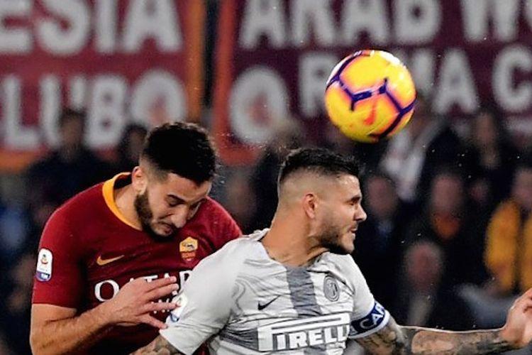 Konstantinos Manolas dan Mauro Icardi berduel dalam memenangi bola di udara dalam laga AS Roma vs Inter Milan pada lanjutan Serie A Liga Italia di Stadion Olimpico, 2 Desember 2018.