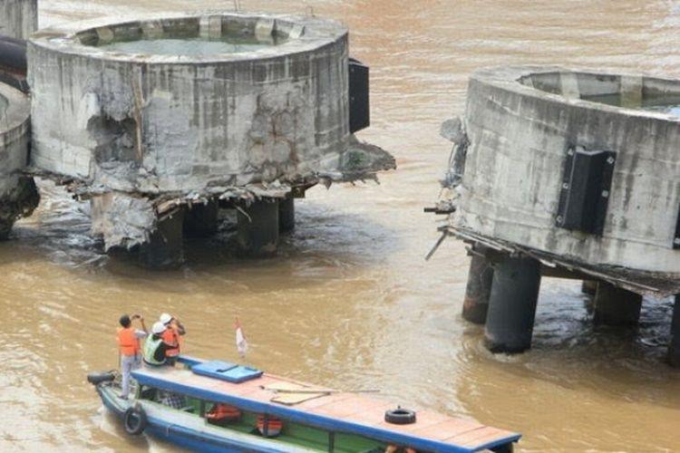 Fender pengaman jembatan Mahakam berbahan beton rusak setelah tertabrak tongkang bermuatan kayu yang hendak melintas di bawah jembatan Mahakam. Fender ini kembali tertabrak tongkang pengangkut batu bara