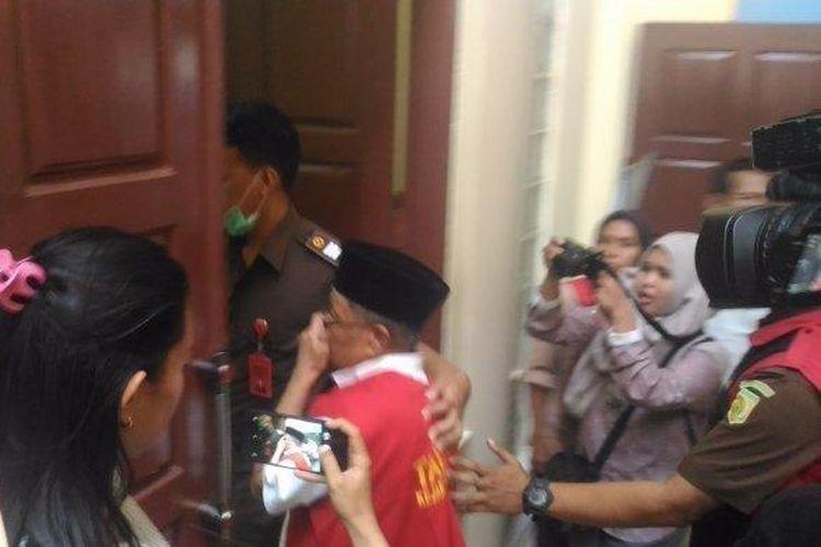 Oknum dosen UIN Raden Intan saat memasuki ruang sidang di PN Tanjungkarang, Selasa (23/7/2019). Oknum Dosen Diduga Cabuli Mahasiswinya di Lampung, Korban Terdesak hingga Pojok Ruang Dosen.