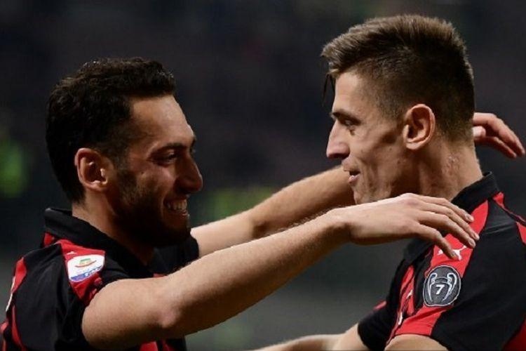 Striker AC Milan, Krzysztof Piatek (kanan) merayakan gol dalam pertandingan Serie A antara AC Milan vs Empoli di Stadion San Siro, Jumat (22/2/2019).
