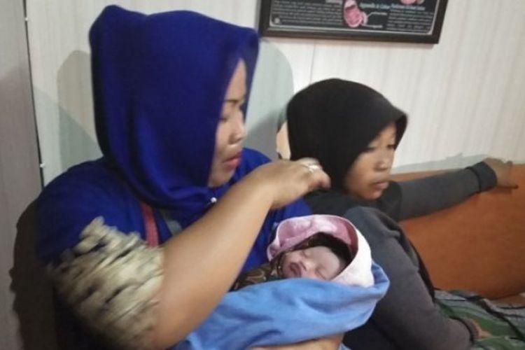 Seorang ibu hamil bernama Misriyati melahirkan di KMP Kirana II, kapal penyeberangan Merak-Bakauheni, Selasa (12/6/2018).