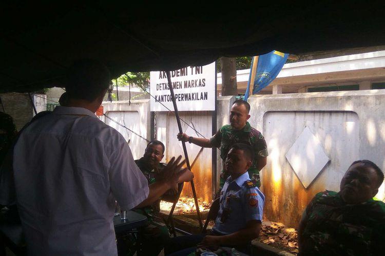 Anggota TNI adu mulut dengan warga di Komplek Akabri, Menteng Pulo, Setiabudi, Jakarta Selatan, Kamis (14/9/2017).