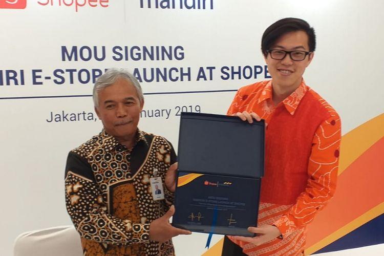 SEVP Consumer and Transaction Bank Mandiri Jasmin dan Direktur Shopee Indonesia Handika Jahja melakukan penandatanganan nota kesepahaman untuk penjualan kartu e-money di platform Shopee, Jakarta, Senin (14/1/2019).