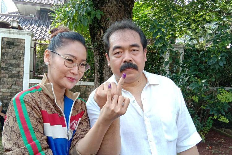 Inul Daratista dan suaminya, Adam Suseno,  menggunakan hak pilihnya di TPS 171, Pondok Indah, Jakarta Selatan, Rabu (17/4/2019).
