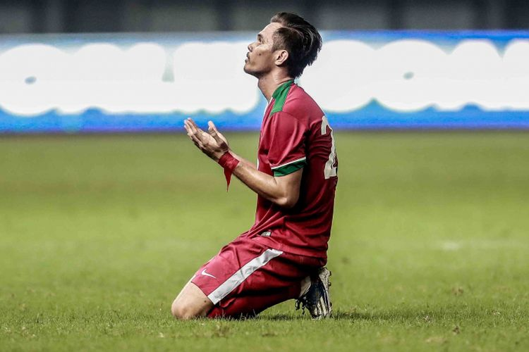 Pemain Indonesia Rezaldi Hehanusa (merah) bersyukur seusai mencetak gol ke gawang Kamboja, Rabu (4/10/2017).