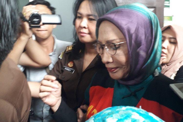Terdakwa kasus penyebaran kabar bohong atau hoaks Ratna Sarumpaet di Pengadilan Negeri Jakarta Selatan setelah sidang kempaat pada Selasa (19/3/2019).