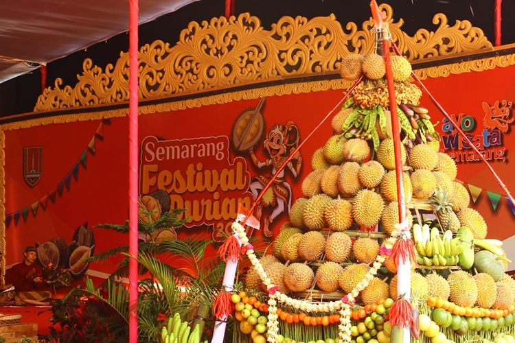 Gunungan durian yang telah selesai di kirab sebelum acara Semarang Festival Durian 2017, Sabtu (25/2/2017).