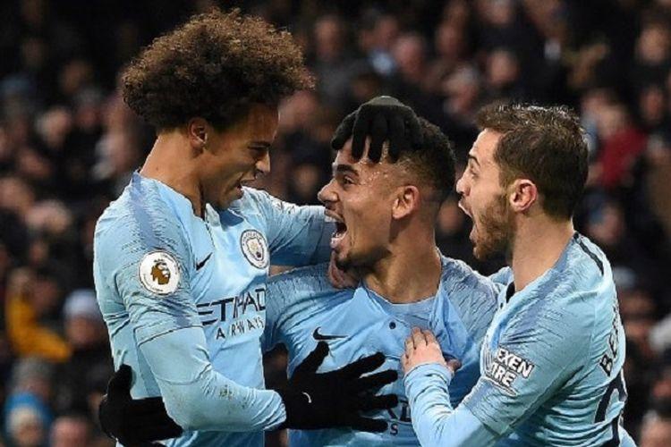 Gabriel Jesus merayakan golnya bersama Leroy Sane dan Bernardo Silva pada pertandingan Manchester City vs Everton dalam lanjutan Liga Inggris di Stadion Etihad, 15 Desember 2018.