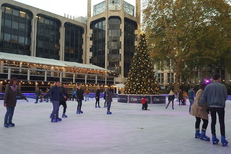 Gelanggang ice skating yang ada di halaman National History Museum di Cromwell Road, London, Senin (6/11/2017). Ice rink ini sengaja dibuat menyambut perayaan Natal lebih awal.   Sejumlah orang sudah asyik bermain ice skating. Sejumlah orang, hmmm, sebenarnya menurut saya lebih tepat sejumlah pasangan sih. Karena mereka yang bermain kebanyakan pria dan wanita yang bergandengan tangan. Dingin-dingin begini memang paling bener bergandengan tangan supaya hangat.  Usai foto-foto di ice rink, kami melangkah masuk ke Natural History Museum. Baru masuk saja saya sudah kembali terperangah. Wow, keren sekali.