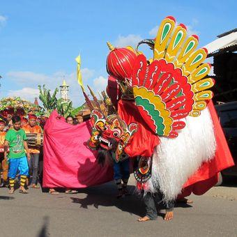 Barong Ider di Desa Kemiren, Banyuwangi yang diselenggarakan pada  hari kedua Idul Fitri. Kesenian tersebut  bagian  dari ritual tolak bala dan sebagai   doa untuk keselamatan  desa. Selain arakan barong, ada pula pertunjukkan kesenian lainnya.