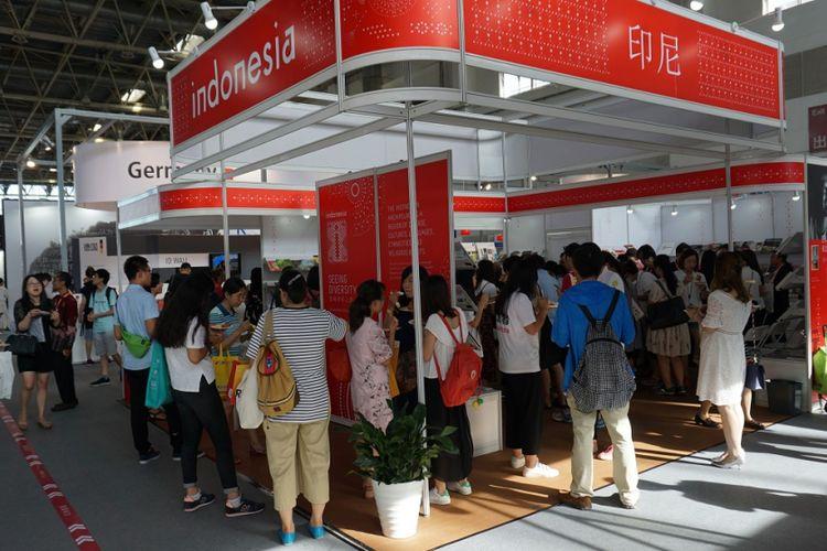 Suasana Happy Hour di stan Indonesia yang dipenuhi pengunjung Beijing International Book Fair 2017 di China International Exhibition Center, Beijing, Kamis (24/8/2017).