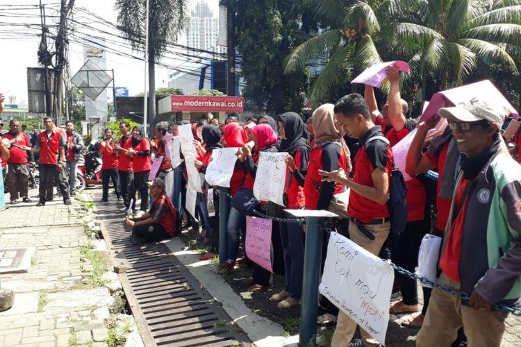 Puluhan eks karyawan 7-Eleven yang tergabung dalam serikat pekerja PT Modern Putra Indonesia melakukan aksi unjuk rasa di halaman Kantor KAWAI, Jalan Sultan Iskandar Muda, Kebayoran Lama, Jakarta Selatan, Rabu (21/2/2018).