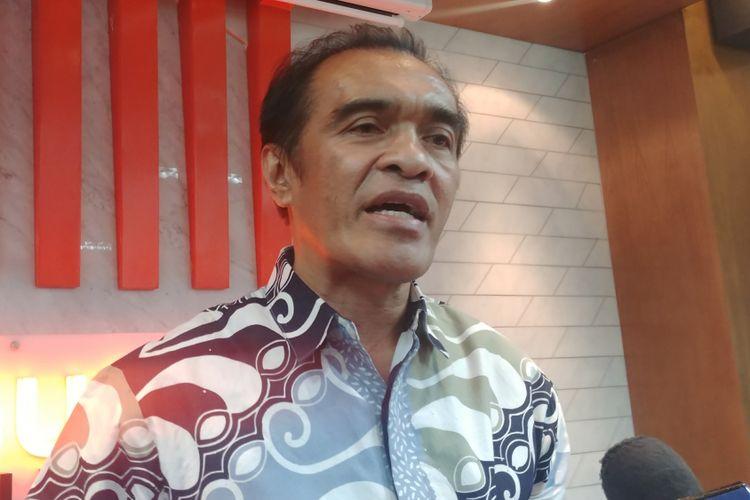 Komisioner Ombudsman Laode Ida dalam jumpa pers mengenai temuan Ombudsman soal Tenaga Kerja Asing, di Kantor Ombudsman, Jakarta, Kamis (26/4/2018).