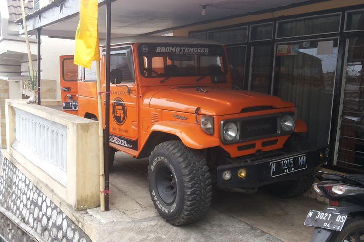 Toyota Land Cruiser Hardtop milik salah seorang warga Ngadisari, salah satu desa yang berada di kawasan Gunung Bromo, Probolinggo.