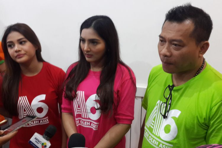 Anang Hermansyah bersama Ashanty dan Titania Aurelie Nurhermansyah atau Aurel meresmikan toko Oleh-oleh Asix di Kota Malang, Jawa Timur, Sabtu (19/8/2017).