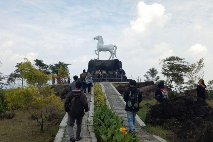 Landmark patung kuda kuningan yang ada di Kebun Raya Kuningan, Jawa Barat. Kebun Raya ini rencananya akan dibuka secara resmi awal tahun 2018.