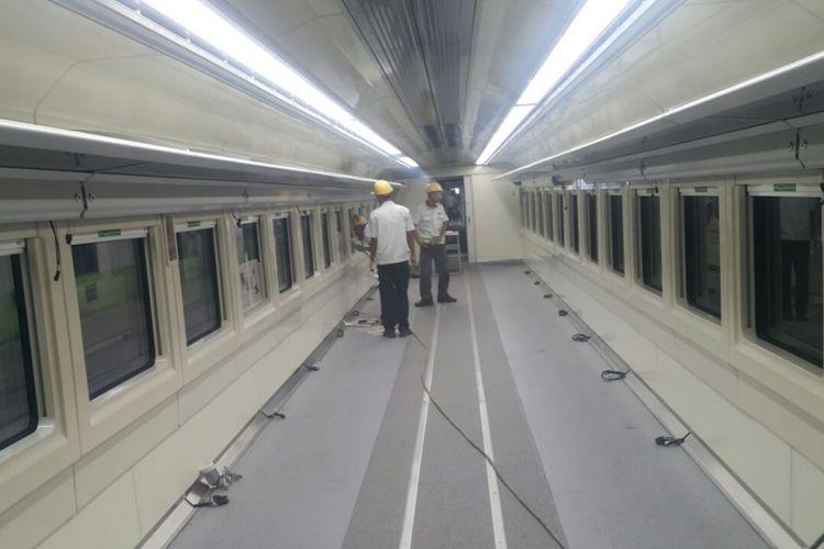 Penampakan kabin kereta sleeper pesanan PT Kereta Api Indonesia (KAI) yang dibuat PT Industri Kereta Api (Inka), Selasa (8/5/2018). Di setiap baris kursi, terpisah lorong, hanya akan ada masing-masing satu kursi, dalam gerbong dengan kapasitas 18 penumpang.