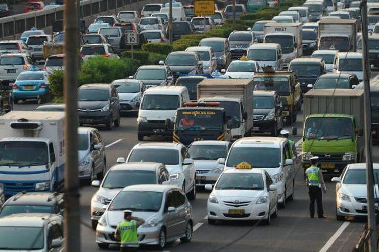 Ilustrasi Jalan Tol: Pertumbuhan Penduduk Picu Konsumsi Energi - Kemacetan pada jam pulang kerja di jalan tol dalam kota Jakarta, Senin (3/3), merupakan salah satu efek tumbuhnya kelas menengah di Indonesia. Bonus demografi yang ditandai pertumbuhan kelas menengah yang mencapai 60 persen jumlah penduduk Indonesia ini menjadi pemicu naiknya konsumsi energi.  Kompas/Iwan Setiyawan (SET) 03-03-2014