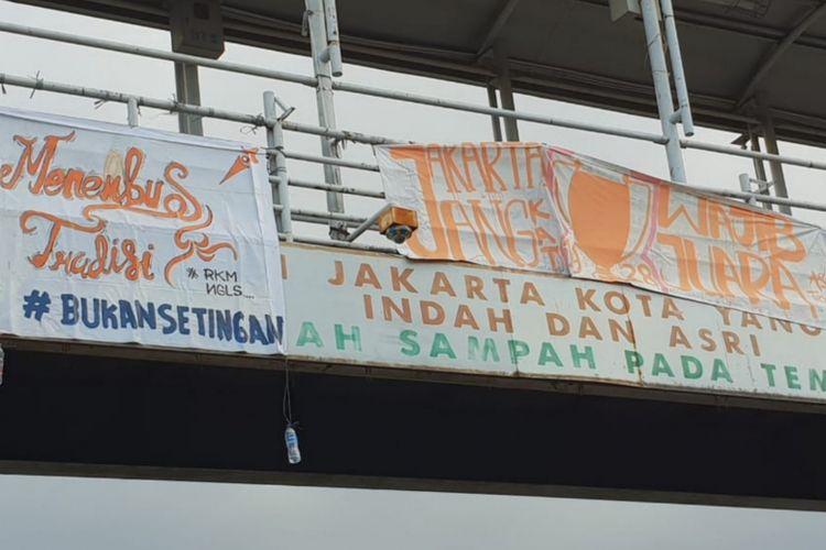 Spanduk dukungan untuk Persija di JPO halte transjakarta Tegalan, Matraman, Jakarta Timur, Kamis (7/12/2018)