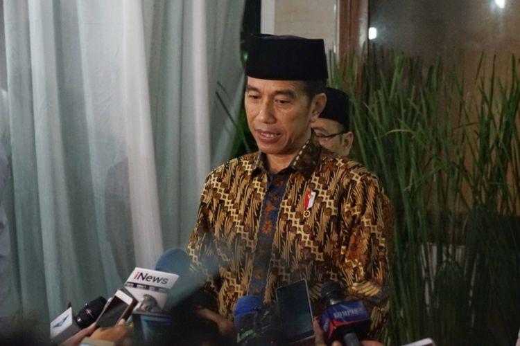Presiden Joko Widodo saat memberikan keterangan seusai menghadiri acara buka puasa bersama di rumah dinas Ketua MPR RI Zulkifli Hasan, Kompleks Widya Chandra, Jakarta Selatan, Jumat (8/6/2018).