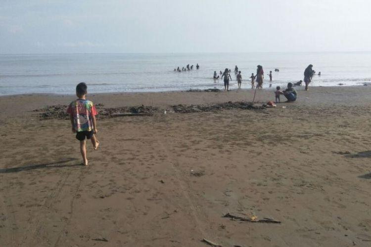 Pengunjung memadati kawasan Pantai Sawang di Desa Blang Nibong, Kecamatan Samudera, Kabupaten Aceh Utara, Aceh, Selasa (8/5/2018).