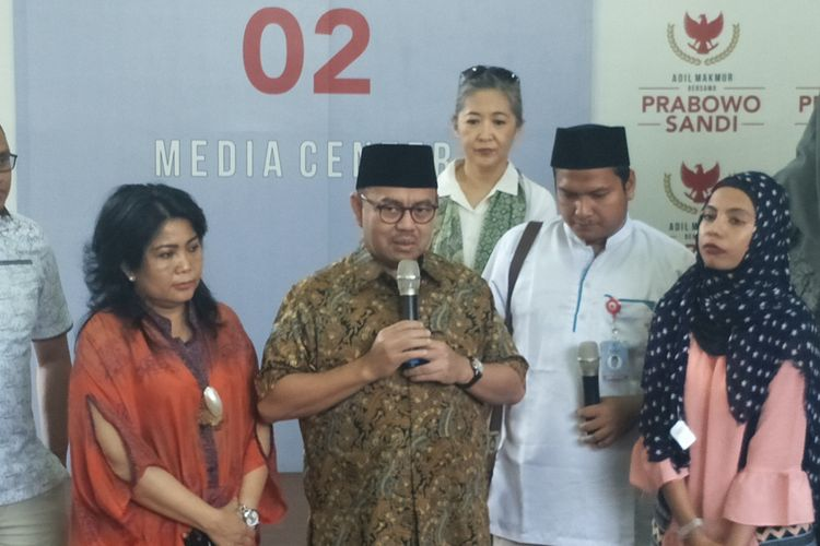 Direktur Materi Debat Badan Pemenangan Nasional (BPN) pasangan Prabowo Subianto-Sandiaga Uno, Sudirman Said, saat memberikan keterangan di media center pasangan Prabowo-Sandiaga, Jalan Sriwijaya, Jakarta Selatan, Senin (22/4/2019.