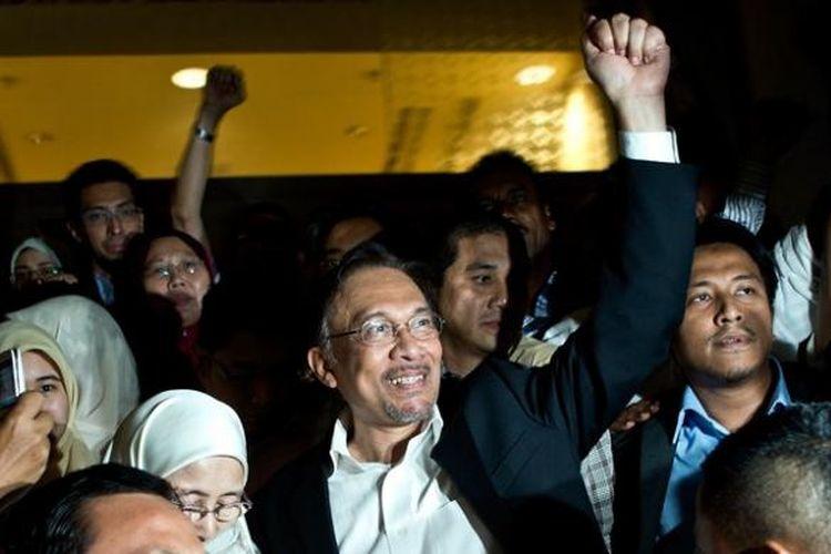 Tokoh oposisi Malaysia, Anwar Ibrahim, disambut para pendukungnya saat meninggalkan gedung Pengadilan Tinggi Malaysia di Putrajaya, Jumat (7/3/2014), usai mendengarkan putusan pengadilan yang mengabulkan banding pemerintah.