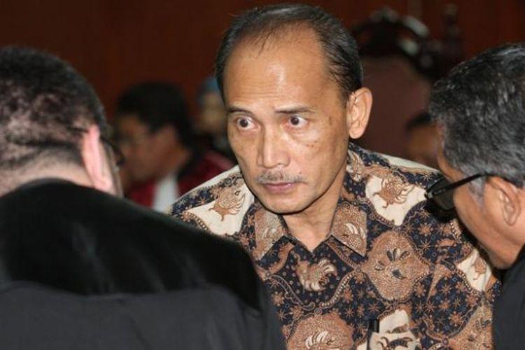 Mantan Deputi Bidang IV Pengelolaan Devisa Bank Indonesia Budi Mulya (tengah) berdiskusi dengan kuasa hukumnya saat menjalani persidangan dengan agenda pembacaan putusan di Pengadilan Tindak Pidana Korupsi, Jakarta, Rabu (16/7/2014). Budi divonis penjara 10 tahun dengan denda Rp 500 juta subsider kurungan 5 bulan karena terbukti terlibat kasus korupsi pemberian fasilitas pendanaan jangka pendek (FPJP) pada Bank Century dan penetapan Century sebagai bank gagal berdampak sistemik.