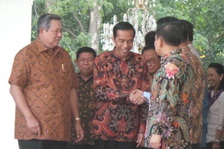 Presiden terpilih Joko Widodo datang ke istana, Minggu (19/10/2014), terlambat hampir satu jam dari jadwal yang seharusnya. Setelah disambut SBY, Jokowi dikenalkan kepada jajaran Kabinet Indonesia Bersatu II dan staf istana.