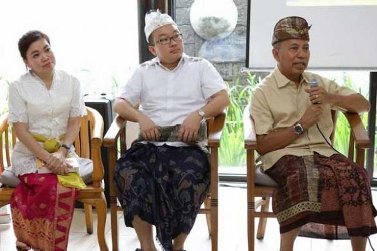 Dari kiri ke kanan: Lidia Tanod, Harry Nazarudin dan Bondan Winarno, pada peluncuran buku 100 Mak Nyus Bali karya Bondan Winarno di Warung Bendega, Denpasar, Bali, Kamis (4/2/2016).