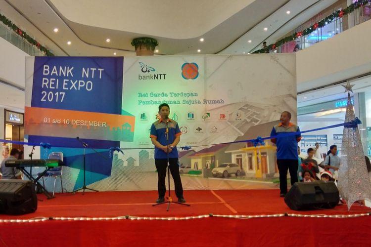 Ketua DPD REI NTT Bobby Pitoby saat memberikan sambutan dalam pembukaan kegiatan REI Expo di Lippo Plaza Kota Kupang, Jumat (1/12/2017) malam