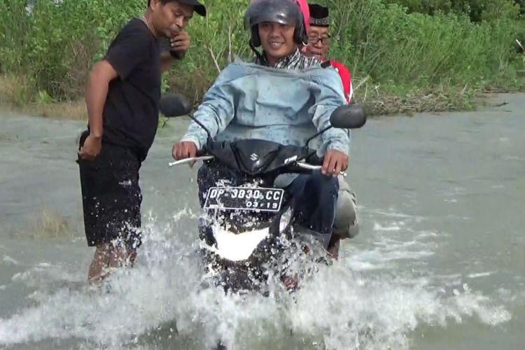 Hujan deras dan kurangnya saluran air pada proyek rel kereta api, membuat ratusan rumah di Kabupaten Barru terendam banjir.