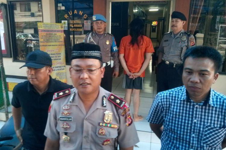 Kapolsek Bandung Wetan Kompol Hidayatullah tengah menjelaskan motif pelaku yang menyamar menjadi perempuan berhijab untuk mencuri motor di kos-kosan.(KOMPAS.com/AGIE PERMADI)